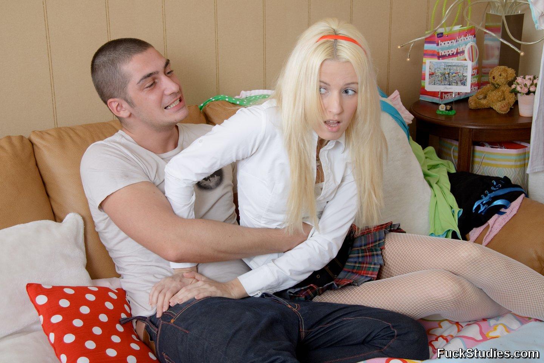 Учитель пристает к девушке дома 3 фотография